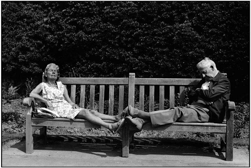 West Sussex -Town of Worthing - Cuplu batrani frumosi in parc pe banca - foto Martine Franck.