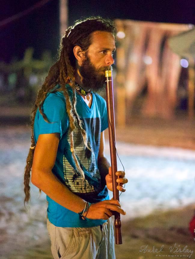 Portret foto la lumina noptii vamaiote: Florin alias Daath Yug la instrumente de suflat.