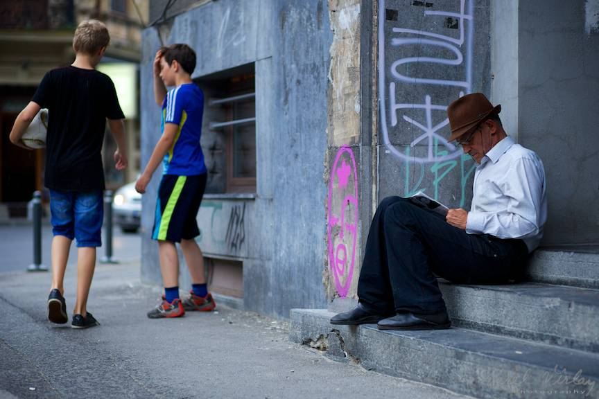 Fotografii de strada copiii cu mingea batranul cititor - AurelVirlan EmailS2