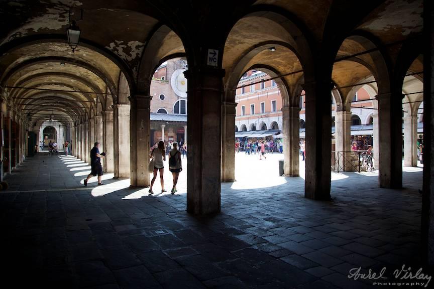 Ritm de coloane, de lumini si umbre la doi pasi de Podul Rialto.