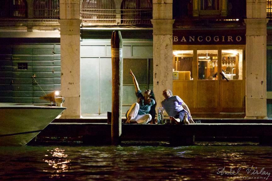 Fotografie de noapte cu doi iubiti privind la stele pe cheiul Grand Canal.