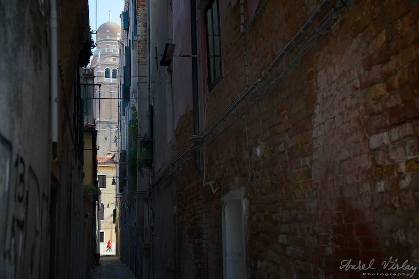 Fotografie de peisaj citadin venetian cu biserica Madona del Orto.