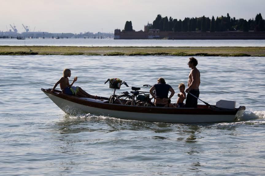 Contre-jour extrem cu o familie ce se intoarce acasa cu barca.