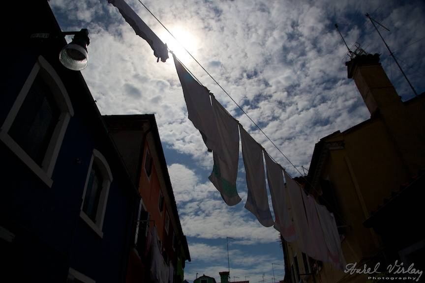 Imaginea cerului din Burano vazut de pe stradutele inguste.