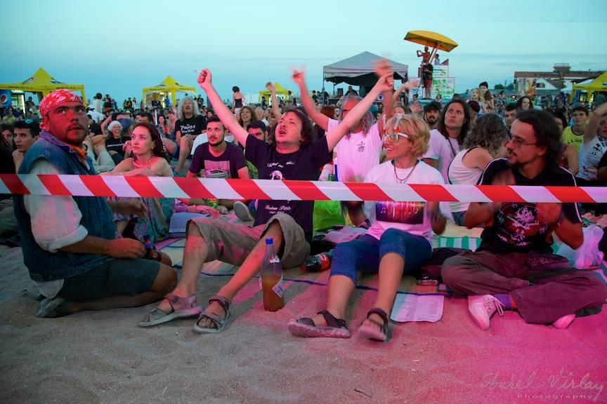 Plaja Vamei plina de iubitorii muzicii folk.