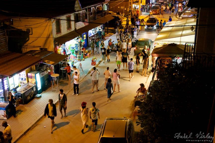 Seara pe strada principala din Vama Veche.