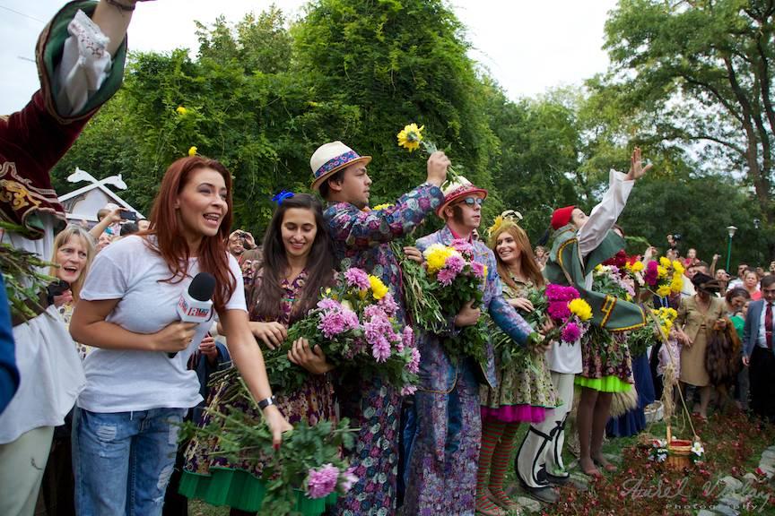 Fotografie making-of - Stand-up Tv in mijlocul bataii cu flori din Cismigiu. - Foto Aurel Virlan