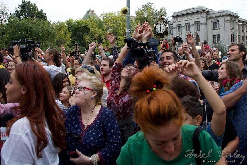 Entuziasm general si veselie la bataia cu flori din Parcul Cismigiu. - Foto Aurel Virlan