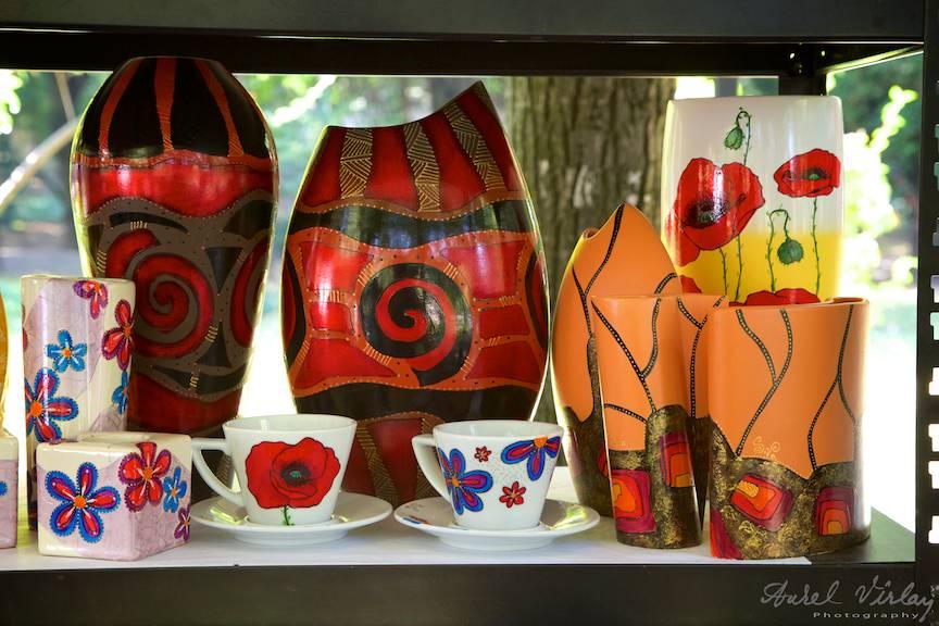 Vase de flori si cesti pictate cu motive abstracte sau florale.