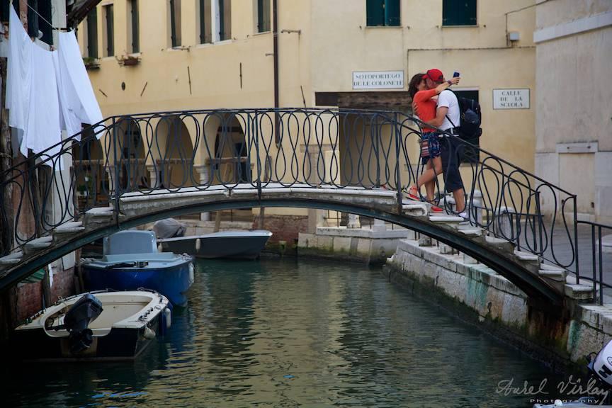 Podul iubirii din spatele sediului ICR Venetia.