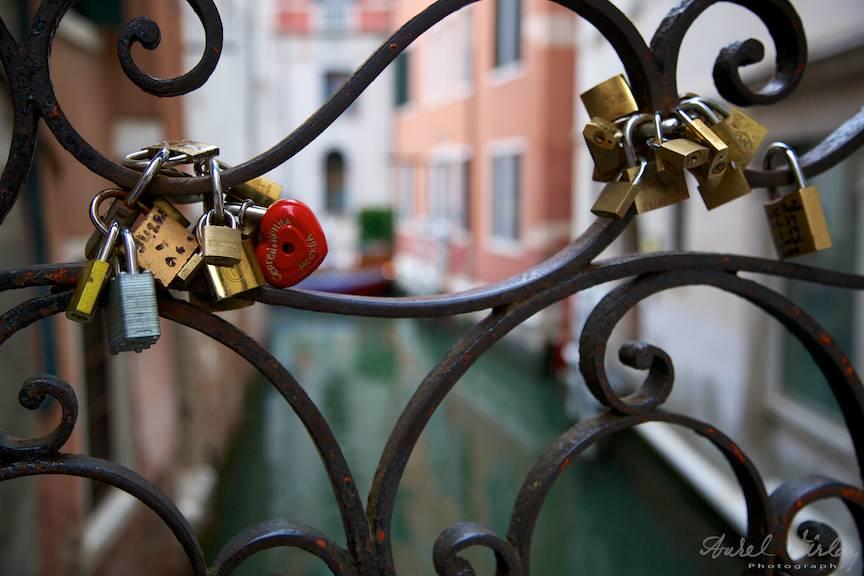 Lacatul rosu de iubire vesnica sub forma de inimioara!