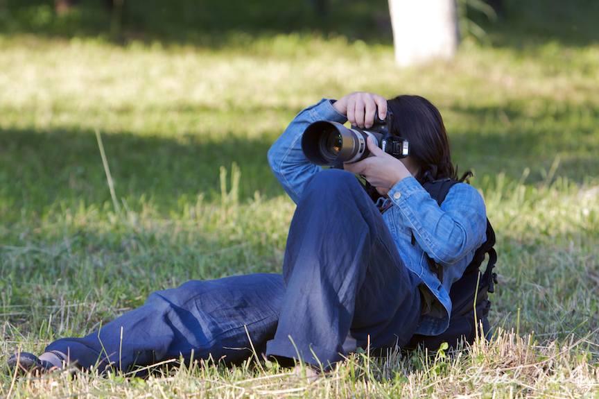 Fotografa fotosind un unghi jos si o focala lunga.