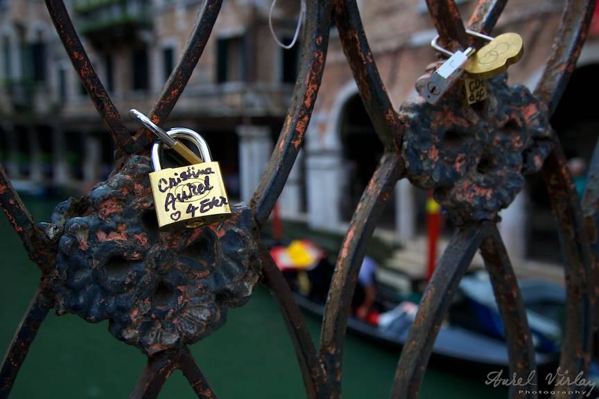 Lacatul iubirii 4 ever Cristina-Aurel legat de pod in Venetia- Foto Aurel-Virlan 2