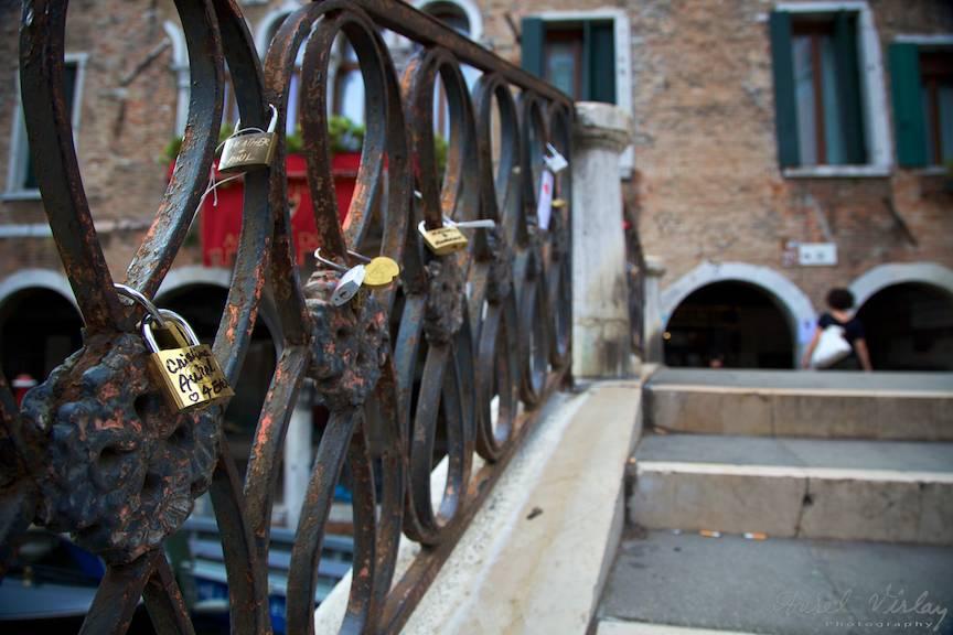 Lacatul iubirii 4 ever Cristina-Aurel legat de pod in Venetia- Foto Aurel-Virlan 4