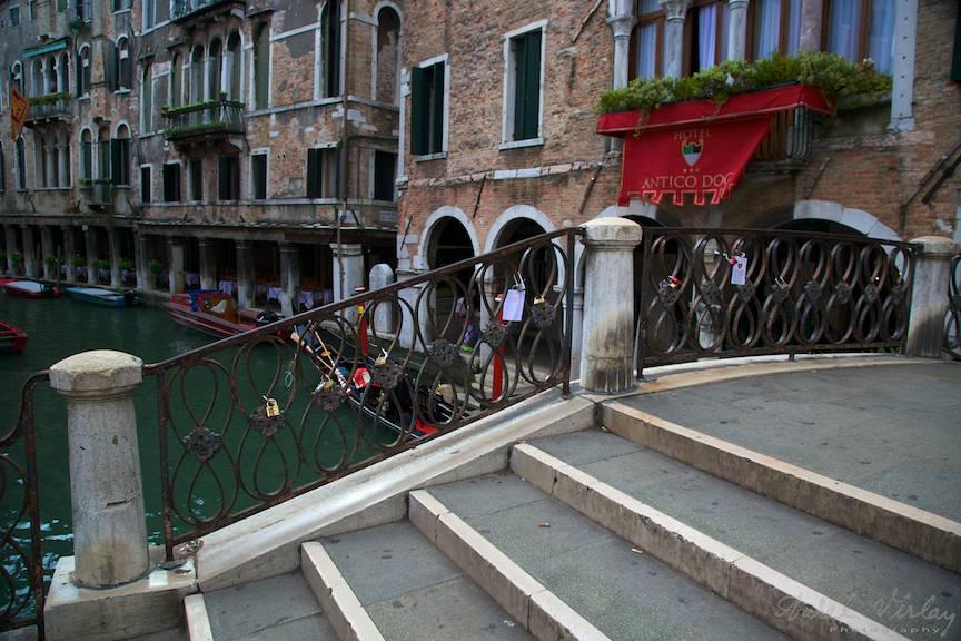 Lacatul iubirii vesnice Cristina-Aurel legat de pod in Venetia- Foto Aurel-Virlan 5