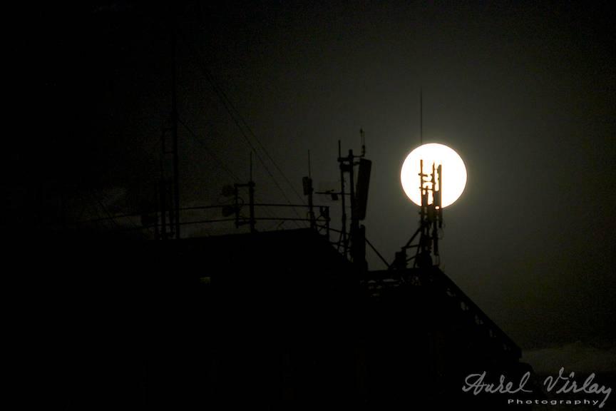 Luna Plina printre nori si antene GSM intr-o mahala din Bucuresti.