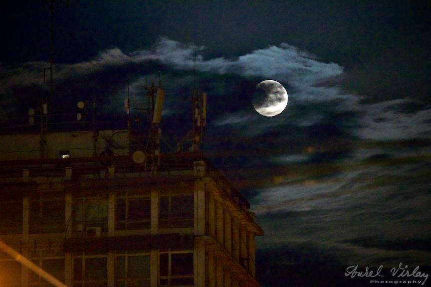Luna Plina printre nori noapte Bucuresti - foto-AurelVirlan - EmailS-7