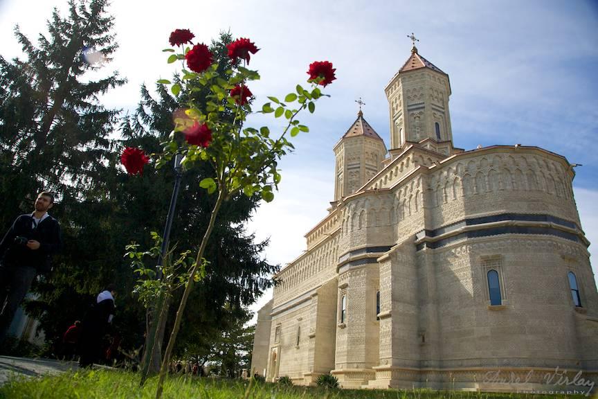 Manastirea Trei Ierarhi din centrul orasului Iasi. Fotografie cu amorsa de trandafiri rosii.
