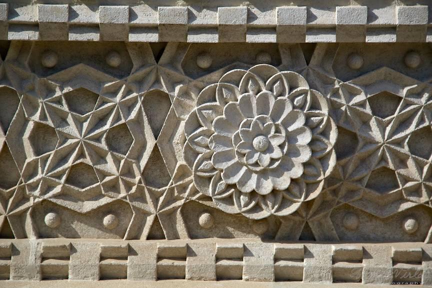 Macro-fotografie cu sculptura in piatra de pe peretii exteriori ai Manastirii Trei Ierarhi.