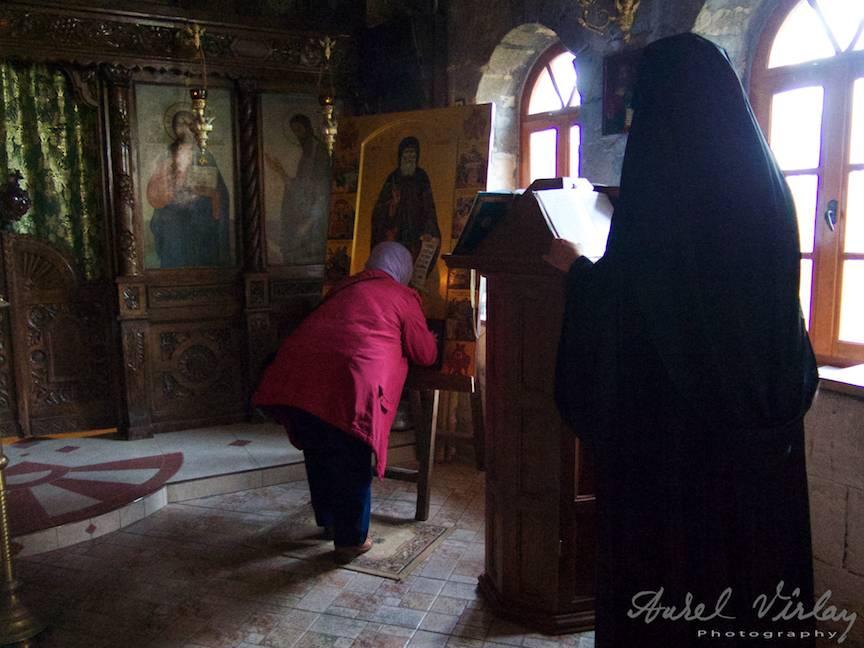 Excursie Manastire Sf Dimitar + pp interior biserica icoane calugar citind - Foto Aurel Virlan - EmailS-20