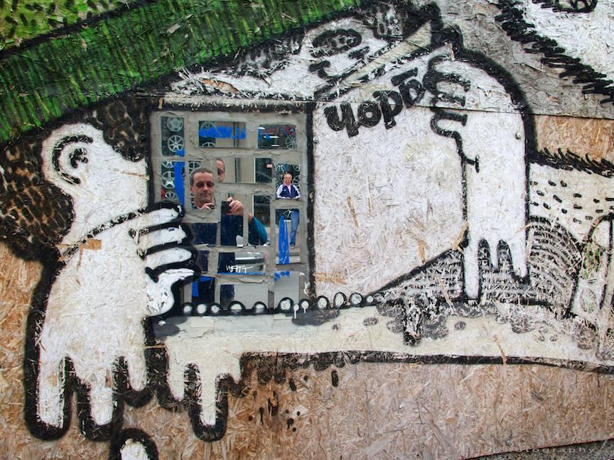 Excursie Velico-Tarnovo - Foto Aurel Virlan - 06 autoportret in oglinzi zid grafiti