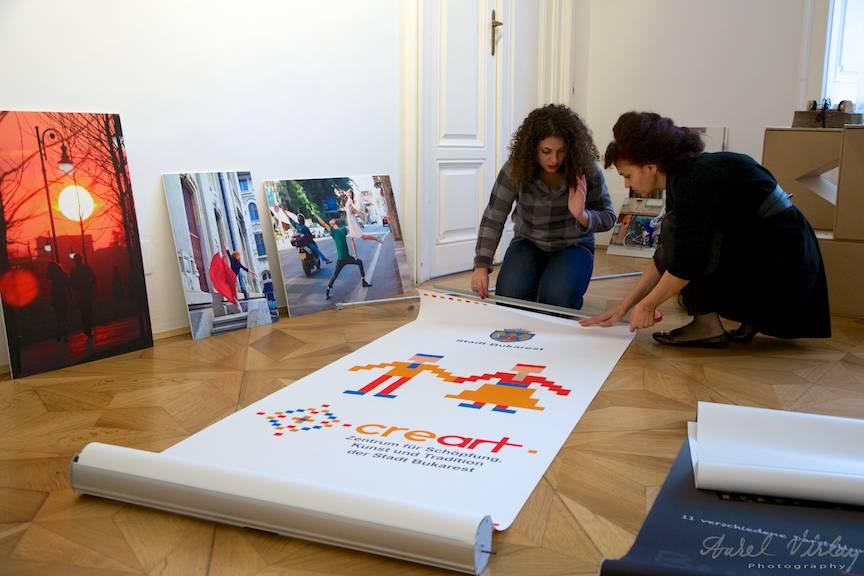 Pregatirea expozitiei foto Inspired by Bucharest de catre B365 si CreArt.
