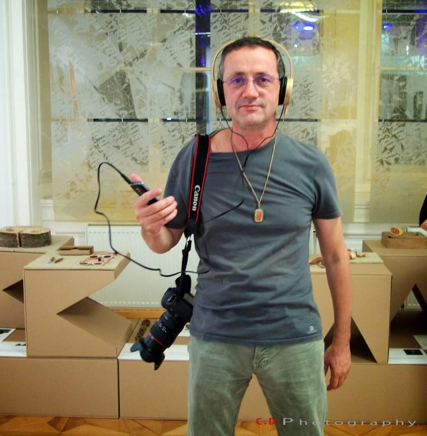 Fotograful Kokopelli (simbolul armoniei) ascultand muzica la casti de lemn!