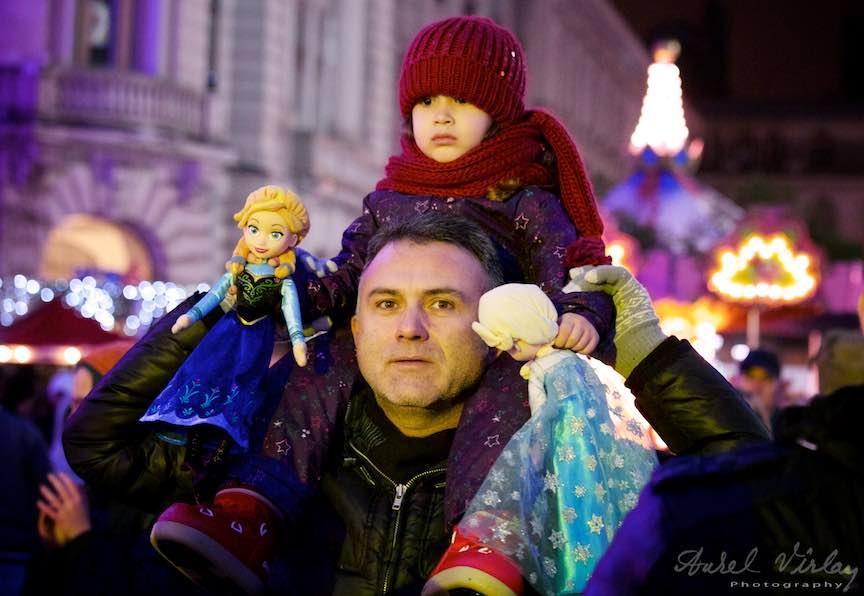 Bucharest Christmas Market fotografii concerte Aurel Virlan 16 Bucharest Christmas Market - Tatal si fiica lui cu cele doua papusi ale ei.