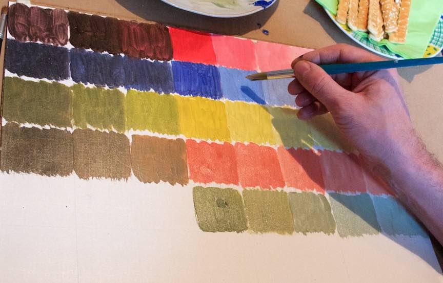 Curs Pictura CasaArte - Foto Web-Size-  Mana fotografului testeaza pensula pe panza de pictura in ulei.