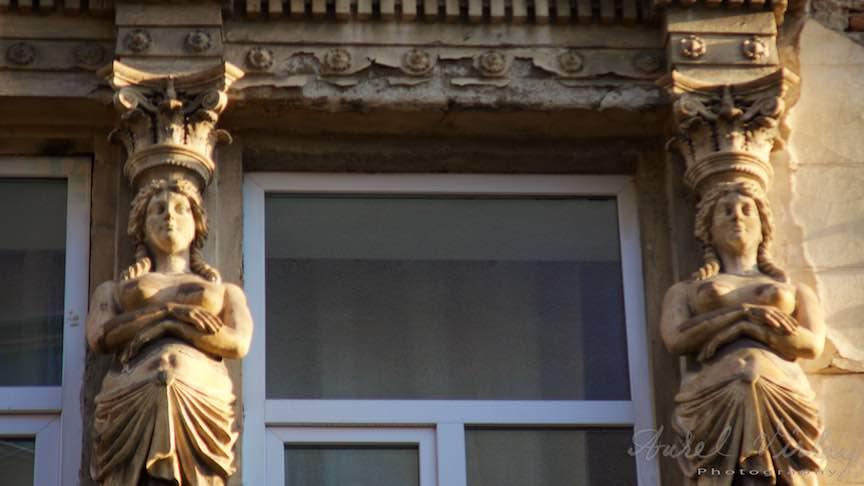 Cariatide Basorelief Lumina Apus Soare - Fotografie Aurel Virlan - Antichitatea lookului antic al cariatidelor versus modernismul termopanelor.
