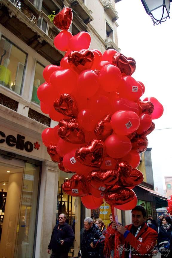 Valentines Day Venetia WikiLove ziua indragostitilor - Baloanele rosii sub forma de inima aduna indragostitii in Piata San Marco!