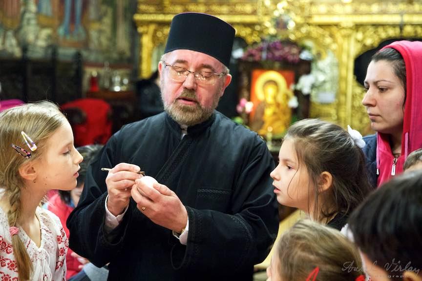 Incondeiere Oua Rosii Verzi Albastre Joia Mare Biserica Aparatorii Patriei 2 - Foto_AurelVirlan Web 14