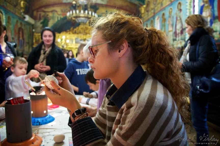 Incondeiere Oua Rosii Verzi Albastre Joia Mare Biserica Aparatorii Patriei 2 - Foto_AurelVirlan Web 27