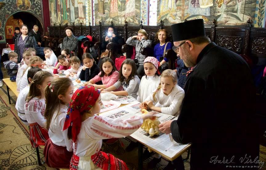 Incondeiere Oua Rosii Verzi Albastre Joia Mare Biserica Aparatorii Patriei 2 - Foto_AurelVirlan Web 4