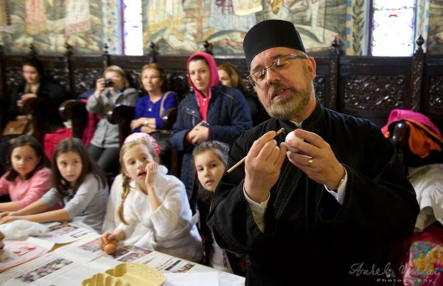 Incondeiere Oua Rosii Verzi Albastre Joia Mare Biserica Aparatorii Patriei 2 - Foto_AurelVirlan Web 5
