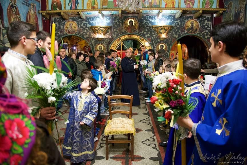 Pregatirea copiilor ce vor lua Lumina de la Preoti si o vor imparti cu ceilalti crestini ortodoxi.