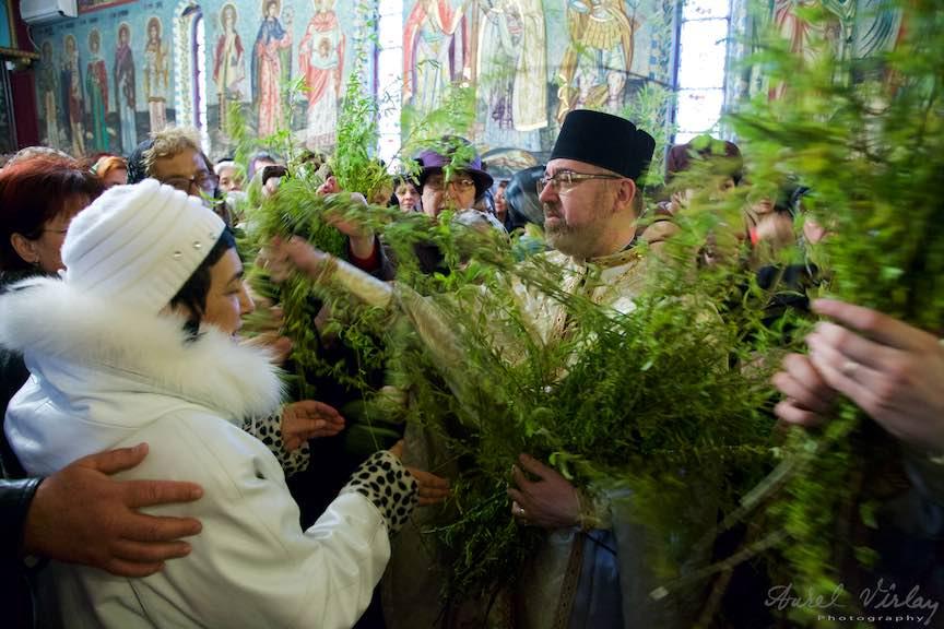 Parintele Paroh Mircea Uta impartind ramuri de salcii sfintite.