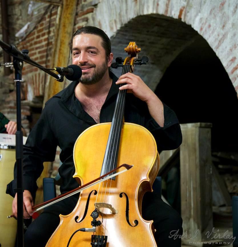 Adrian_Naidin_Band Curtea_Veche Foto_Aurel_Virlan la violoncel - portret foto din concert.
