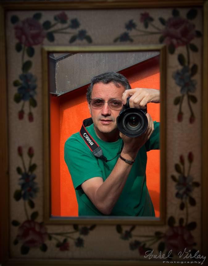 Autoportret cu aparatul foto in oglinda