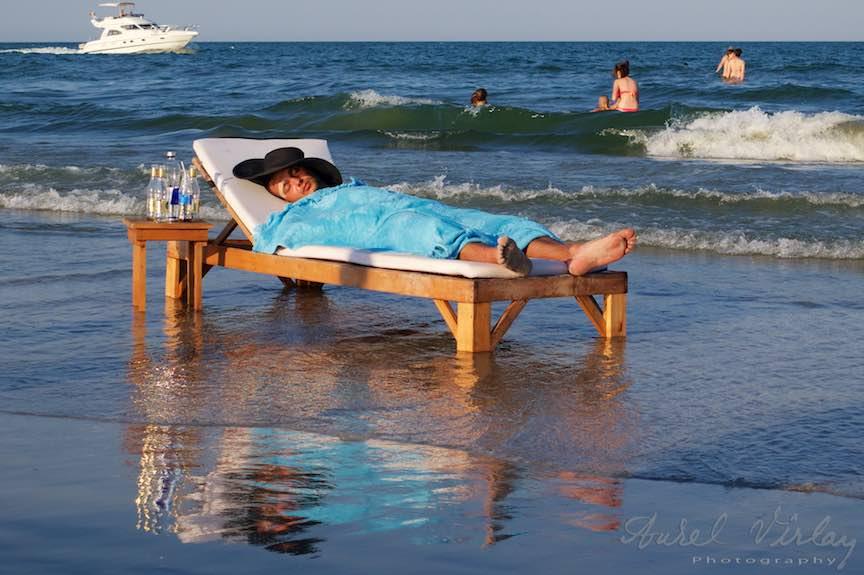 Un tanar dormind intre valuri pe un pat-sezlong!