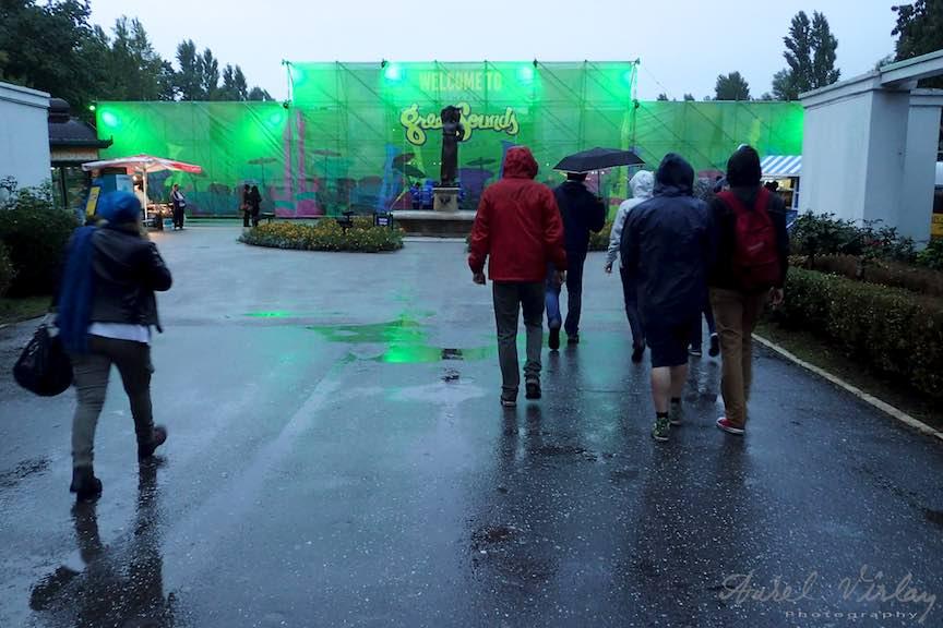 Fotografii prin ploaia primei zile la GreenSound Festival in Parcul Herastrau.