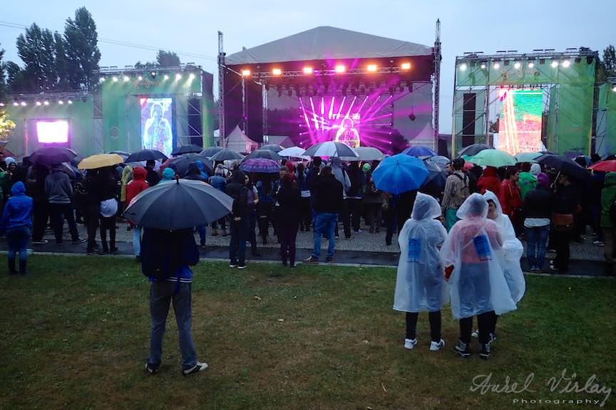 GreenSound_Festival-Parcul_Herastrau_Foto_Aurel_Virlan_Scena Principala din Parcul Herastrau si lumea pregatita de concerte in ploaia de vara.