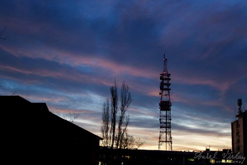 Cerul acoperit de nori inainte de rasaritul soarelui imi starneste pofta de fotografii.