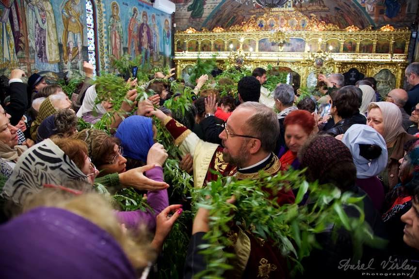 02-Liturghia-Florii-preotul-imparte-ramuri-de-salcie-biserica_Foto-Aurel-Virlan