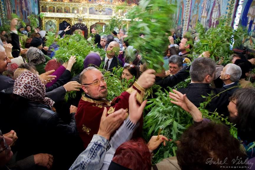 03-Liturghia-Florii-preotul-imparte-ramuri-de-salcie-biserica_Foto-Aurel-Virlan