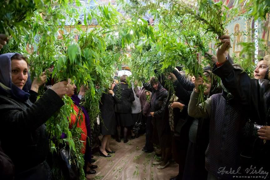 06-Liturghia-Florii-tunel-ramuri-de-salcie-biserica_Foto-Aurel-Virlan
