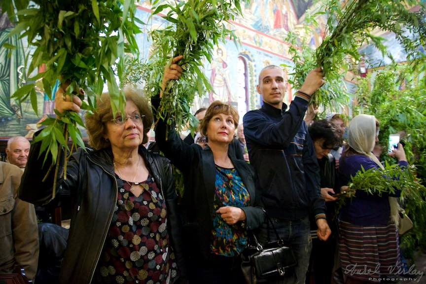 07-Liturghia-Florii-tunel-ramuri-de-salcie-crestini-ortodoxi_Foto-Aurel-Virlan