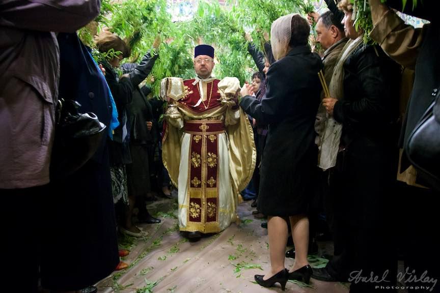 09-Liturghia-Florii-Preotul-mircea-uta-tunel-ramuri-de-salcie-biserica_Foto-Aurel-Virlan