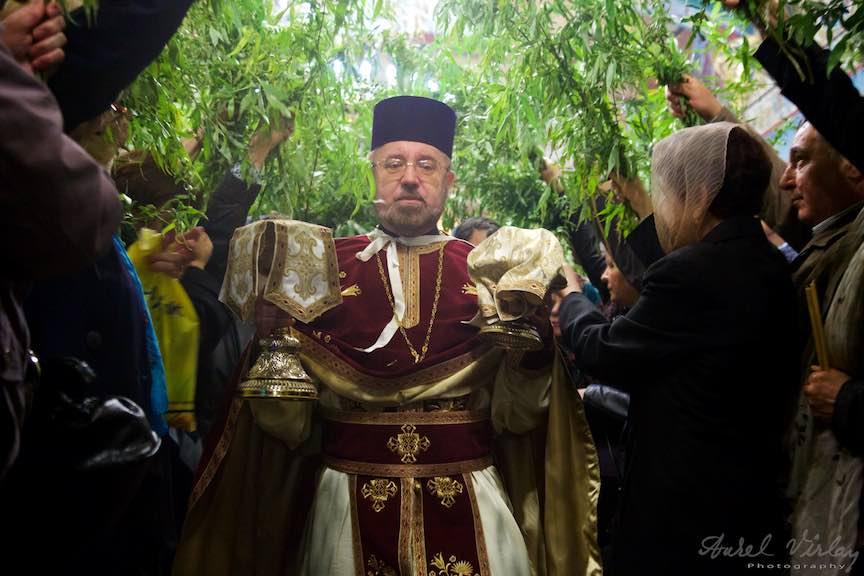 10-Liturghia-Florii-Preotul-mircea-uta-tunel-ramuri-de-salcie-biserica_Foto-Aurel-Virlan