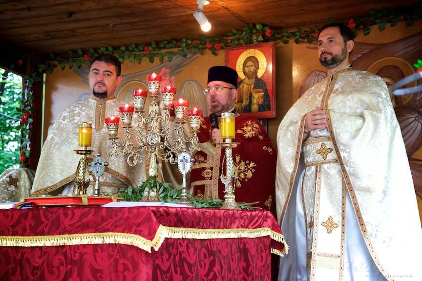 13-Liturghia-Florii-altar-in-cioscul-din-curtea-bisericii-aparatorii-patriei-2_Foto-Aurel-Virlan_Emails13